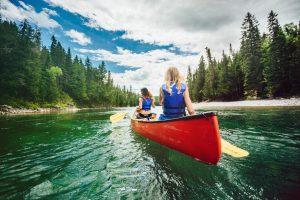 Deux personnes en excursion de canot-camping sur la la rivière Bonaventure
