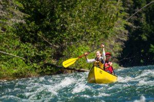 Un couple descendant la rivière Bonaventure en canot dans les rapides
