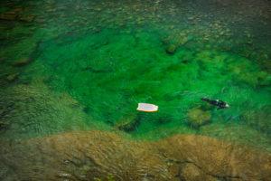 Une personne descendant la rivière Bonaventure en apnée