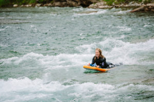 Une femme qui descend la rivière bonaventure sur une planche hydrospeed