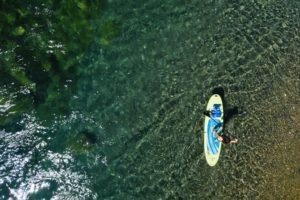 Planche à pagaie sur une rivière limpide