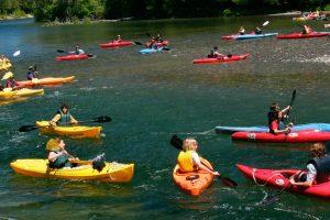 Un groupe scolaire sur la rivière bonaventure en kayak simple