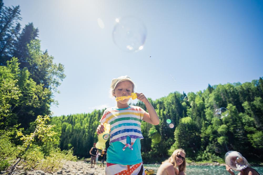 En famille sur le bord de la rivière Bonaventure