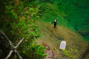 Une femme qui s'arrête sur le bord de la rive pour profiter de la rivière bonaventure
