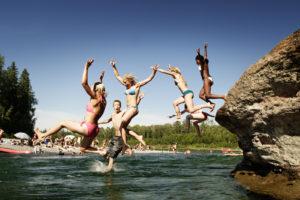 Des jeunes qui saute d'une roche au Malin