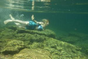 Une femme sous l'eau limpide de la rivière Bonaventure