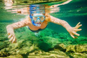 Une femme sous l'eau qui fait la plongée en apnée de la rivière Bonaventure