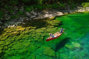 Un homme et une femme descendant la rivière Bonaventure en canot